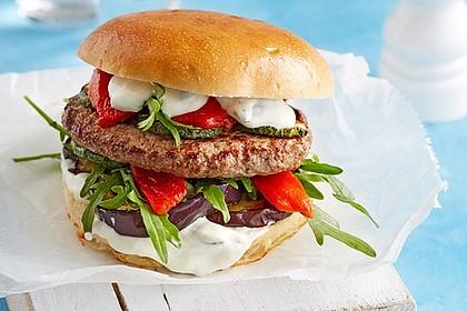 1022297-420x280-fix-burger-griechischer-art-mit-schafskaese-gefuelltem-bifteki